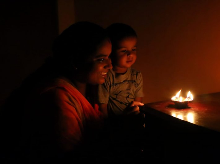 A child and mother lighting lamps as part of the collective gesture on May 5.