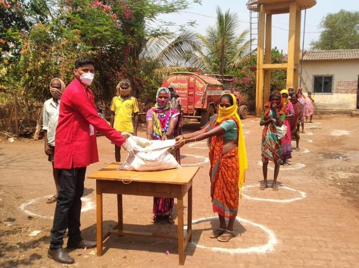 Swades volunteers distribute ration kits in tribal hamlets of Maharashtra during the pandemic (Photo courtesy: Swades Foundation)