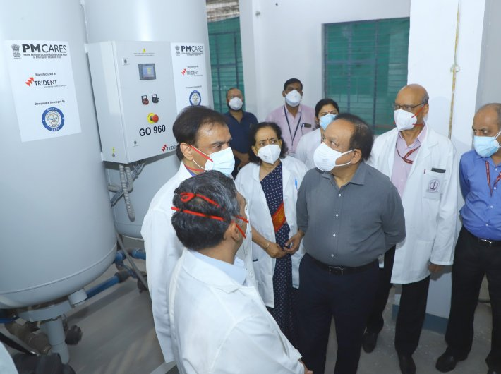 Health minister Dr. Harsh Vardhan inspecting the newly installed oxygen plant and the construction progress of new prefabricated COVID Blocks, at Safdarjung Hospital, in New Delhi on Wednesday