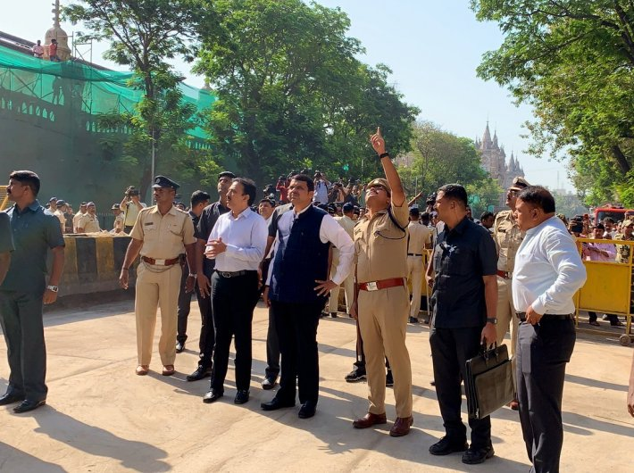 Maharashtra CM Devendra Fadnavis at the Mumbai bridge collapse site (Photo: Twitter/Dev_Fadnavis)