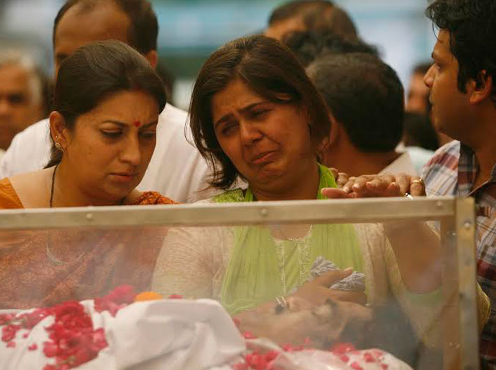 Gopinath Munde's daughter Pankaja (right) at the BJP headquarters in New Delhi, where the minister's body was kept before it was taken to Mumbai late Tuesday afternoon. On her right is HRD minister Smriti Iraani.