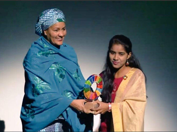 Payal Jangid receives the award (photo courtesy: @k_satyarthi)