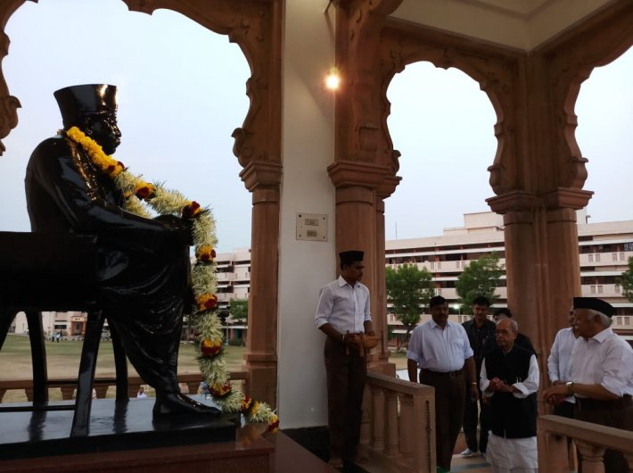 Pranab Mukherjee paying floral tributes to the RSS founder, KB Hegdewar, in Nagpur. Photo Courtesy: Twitter/RSSorg
