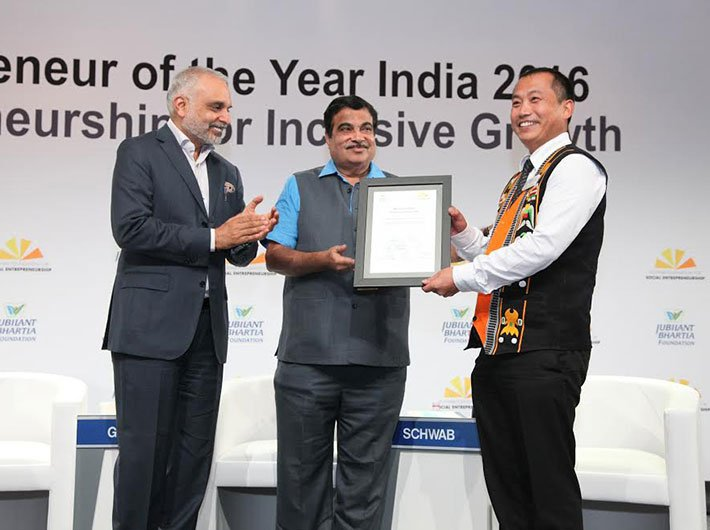 Neichute Doulo getting felicitated by Hari S Bhartia of Jubilant Bhartia Group and union minister Nitin Gadkari