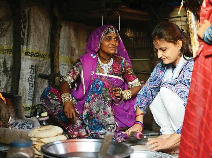 Zahida Shabnam helping women of the Gadiya Lohar community prepare lunch in Jaipur (Photo courtesy: Mere Ghar Aa Ke To Dekho)